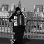 Uno dei tanti suonatori lungo le vie parigine
