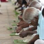 Nel tempio viene distribuito cibo a chi non può pe